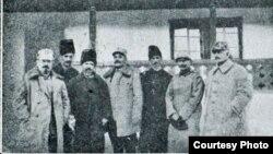După trecerea frontului: Gorsky-Deculescu-Lazăr alături de ofițeri superiori (Foto: V. Gorsky, Pribeag în țara mea..., 1925)