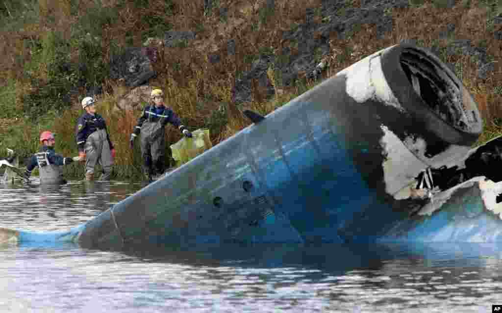 Спасатели работают на месте крушения самолета ЯК-42 под Ярославлем