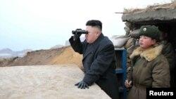 Керівник Північної Кореї Кім Джон Ин дивиться в бік Півдня під час відвідин прикордонної військової частини, 7 березня 2013 року (офіційне фото агентства ЦТАК)