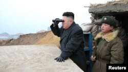 Солтүстік Корея басшысы Ким Чен Ын дүрбімен қарап тұр. 7 наурыз 2013 жыл