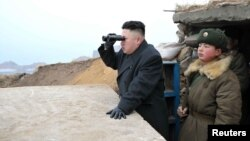 Кім Чэн Ын узіраецца ў Паўднёвую Карэю з памежнай заставы, архіўнае фота
