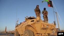 Ооган аскерлери Газни шаарынын четиндеги өтмө бекетте күзөттө турушат. 13-октябрь 2015