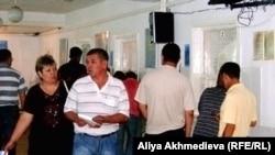 Посетители регистрационно-экзаменационного отдела дорожной полиции. Талдыкорган.