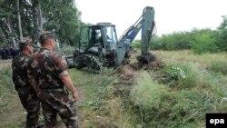 Pjesëtarët e ushtrisë së Hungarisë duke u përgatitur për ndërtimin e murit në kufirin me Serbinë