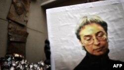 Плакат с фотографией Анны Политковской в руках участника акции его памяти в 8-ю годовщину убийства, 7 октября 2014 года