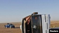 Аударылып жатқан автобус. Анбар провинциясы, Ирак, сәуір, 2011 жыл. (Көрнекі сурет)