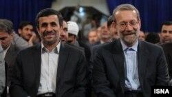 محمود احمدی نژاد (چپ) همراه با علی لاریجانی، رییس مجلس شورای اسلامی.