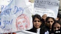 Индия - студент кызды зордуктагандар жазаланышын талап кылып чыккандар, Нью Дели, 3-январь, 2013.