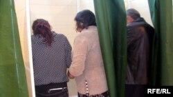 Gəncədə iki nəfərin bir seçki kabinəsində səsverməsi
