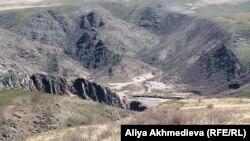 Горное ущелье, где находилось Кызылагашское водохранилище. Алматинская область, 23 апреля 2011 года.