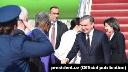 Встреча президента Узбекистана в аэропорту по прибытии в США. 15 мая 2018 года.