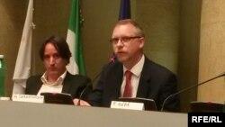 Політолог Антон Шеховцов (праворуч) під час конференції у Римі. 31 травня 2017 року