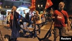 Հունաստան - Հանրաքվեում «ոչ» քվեարկելու կողմնակիցները՝ Եվրամիության այրված դրոշով, Սալոնիկի փողոցներում, 5-ը հուլիսի, 2015թ․