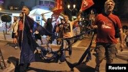 """Mbështetësit e votës """"Jo"""" e bartin një flamur të djegur të Bashkimit Evropian në Selanik të Greqisë"""