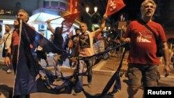 """Греки, сказавшие """"нет"""", несут остатки сожжённого флага Евросоюза, 5 июля 2015"""