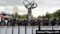 Полицейские блокируют территорию для предотвращения акций протеста против результатов президентских выборов, Нур-Султан, 10 июня 2019 года.