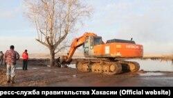 Ремонтные работы после прорыва дамбы в Хакасии