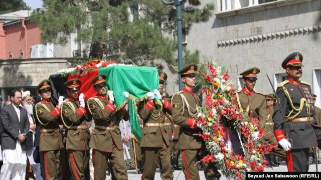 Afghan soldiers carry the coffin of slain Afghanistan High Peace Council and former President Burhanuddin Rabbani during his funeral at the Presidential Palace in Kabul on September 23, 2011.