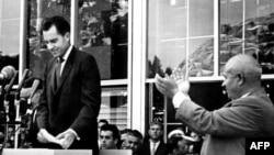 """ნიკიტა ხრუშჩოვი ტაშს უკრავს რიჩარდ ნიქსონს, რომელმაც სიტყვა წარმოთქვა """"ამერიკულ გამოფენაზე""""."""