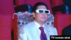 Претседателот на Туркменистан Гурбангули Бердимухамедов гледа 3Д филм во кино во Ашкабат.