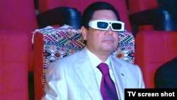 Президент Туркменистана Гурбангулы Бердымухамедов в новом 3-D-кинотеатре. Ашгабат, 29 июня 2011 года.