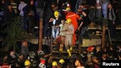 Апат болған кеніштен жұмысшыларды құтқару сәті. Түркия, 14 мамыр 2014 жыл.