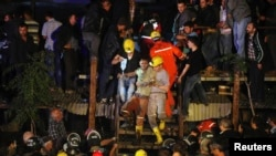 Пострадавший при аварии на шахте в городе Сома на западе Турции, 13 мая 2014