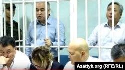 Обвиняемый в коррупции лидер оппозиционной парламентской фракции «Ата Мекен» Омурбек Текебаев (слева) вместе с бывшим министром ЧС Дуйшенкулом Чотоновым на суде по их делу. Бишкек, 5 июня 2017 года.