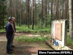 Григорий Крицер и Лев Каплан, вильнюсский музыкант, читают Кадиш возле памятника в лесу недалеко от Вильнюса