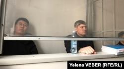 Содержащиеся под стражей более года Кайсар Байдалы (слева) и Анатолий Шкарупа. Караганда, 13 марта 2020 года.
