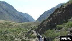 Туристы на тропинке в горах. Иллюстративное фото.