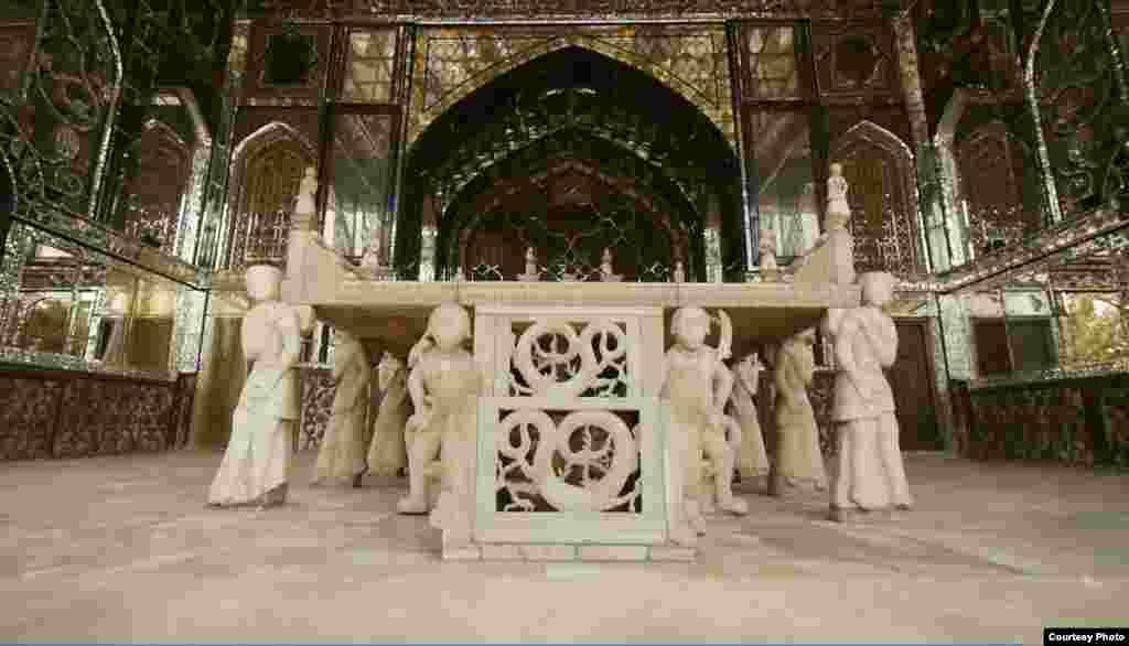فتحعلیشاه به حجاران و سنگتراشان معروف اصفهانی دستور داد تا از سنگ مرمر زرد یزد تختی بسازند و پس از اتمام ساخت این تخت در ایوان تخت مرمر قرار گرفت.