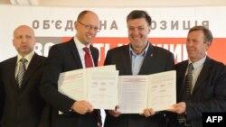 Олександр Турчинов, Арсеній Яценюк, Олег Тягнибок і Сергій Соболєв під час церемонії підписання угоди