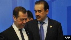 Премьер-министр России Дмитрий Медведев и премьер-министр Казахстана Карим Масимов (справа).