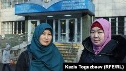 Қарлығаш Адасбекова (сол жақта) мен Дария Нышанованың сот үкімі жарияланар алдында түскен суреті. Алматы, 27 қаңтар 2020 жыл.