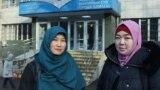 Карлыгаш Адасбекова (слева) и Дария Нышанова до начала оглашения приговора по их делу. Алматы, 27 января 2020 года.