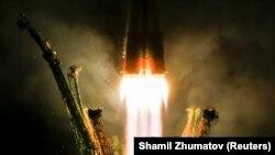 Pamje nga lansimi i raketës kozmike ruse me tre atronautë sot në mëngjes në Bajkonur të Kazakistanit