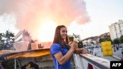 Xhudistja Majlinda Kelmendi prezanton medaljen e artë të fituar në Rio 2016.