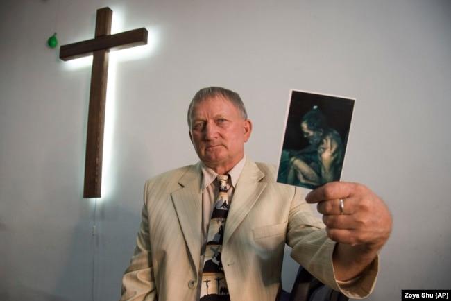 Священник Виталий Параскун показывает фотографию, снятую, когда он находился в плену. Он говорит, что не боялся умереть, когда его пугали стрельбой, и испугался, только когда угрожали раздробить колено, так как в камере была беременная крыса. Он не держит зла на своих мучителей. Он рад, что в плену ему удалось убедить четырех человек стать верующими