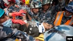 Үйінді астында қалған адамды құтқару сәті. Непал, Катманду, 30 сәуір 2015 жыл.