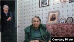 "Владимир Путин аплодирует Марине Салье. Коллаж из журнала ""Facts"", № 12, 2000 г."
