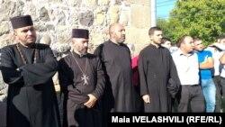 თორგომ ვარადნიანი (მარცხნიდან პირველი და ედუარდ აივაზიანი (თეთრ პერანგში) ეკლესიის ეზოში.