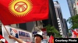 АКШдагы кыргыздар Нью-Йорктогу түрк элдеринин парадында. 19-май, 2012-жыл.