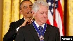 Президент США вручает медаль Свободы экс-президенту США Биллу Клинтону. Вашингтон, 20 ноября 2013 года.