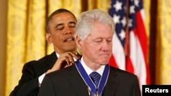 """Церемония вручения президентской """"Медали Свободы"""" Биллу Клинтону 20 ноября 2013 года"""