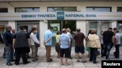 Очередь у банкомата в Салониках, Греция.