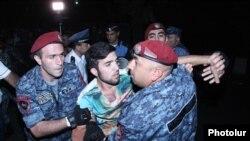 Ոստիկանները բերման են ենթարկում ցույցի մասնակիցներից մեկին: 23-ը հունիսի, 2015 թ․