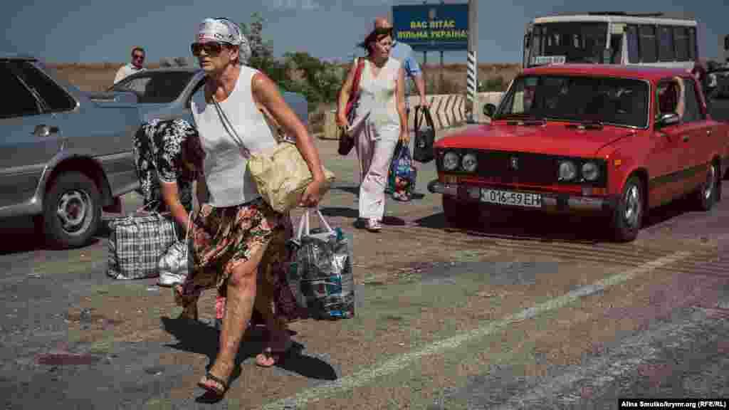Навантажені сумками пенсіонери стрімко прямують до пункту пропуску