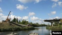 Разбураны баявымі дзеяньнямі мост на ўсходзе Ўкраіны