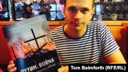Ілля Яшин тримає доповідь «Путін. Війна», роботу над якою починав покійний Борис Нємцов. 7 травня 2015 року